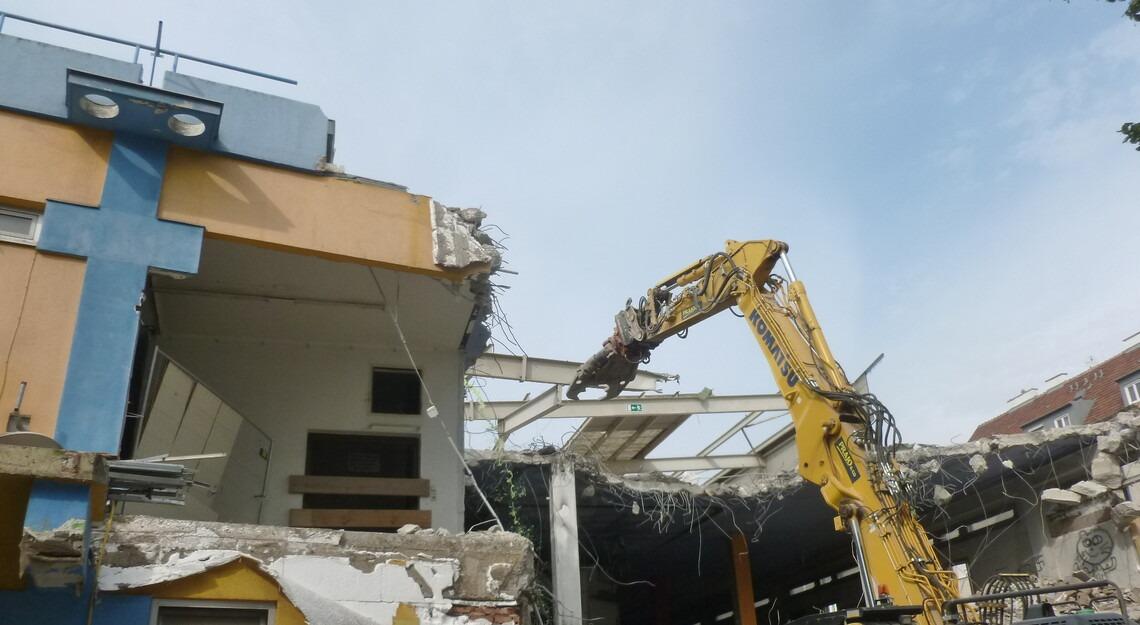 Foto der Abbrucharbeiten des Bestandsgebäudes am Grundstück green21
